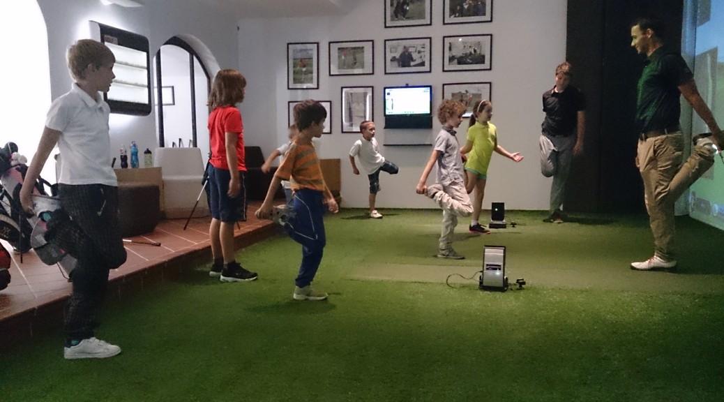 Mladí golfisté se rozcvičují s trenérem Milanem Vantuchem.