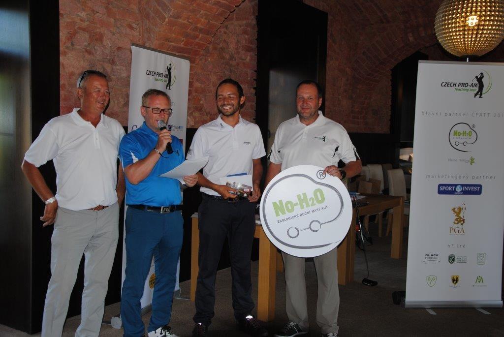 Milan Vantuch z Golf59 (druhý zprava) vyhrál první letošní turnaj.